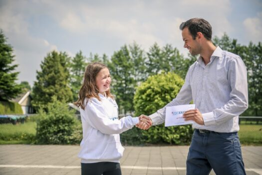Lyanne Reitsma ontvangt een Écht Knap-trui uit handen van Jorrit Zondervan (Antea Group)